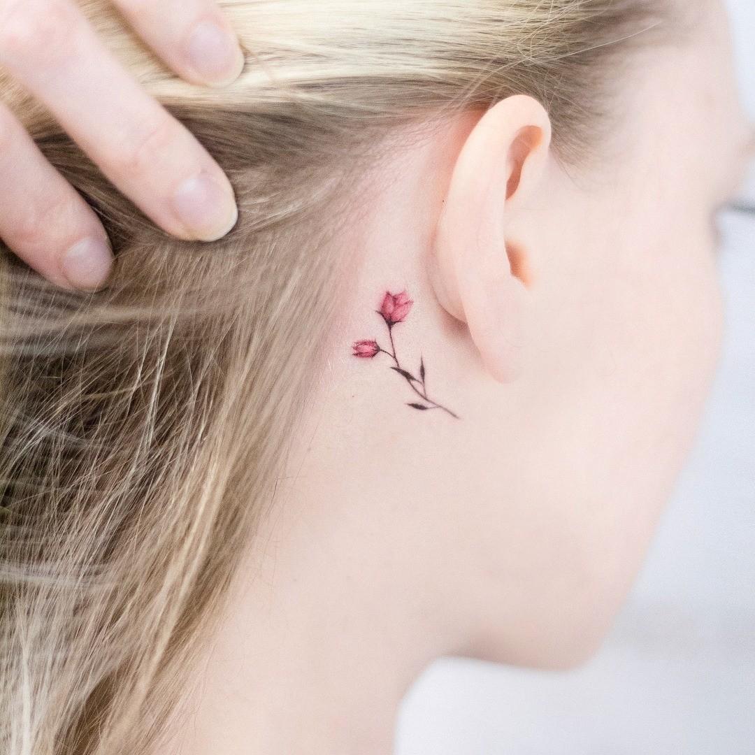 Область за ухом подойдет самым скромным девушкам, которые очень хотят, но в то же время стесняются делать татуировку. Маленький цветочный узор ни в коем случае не испортит твою природную...