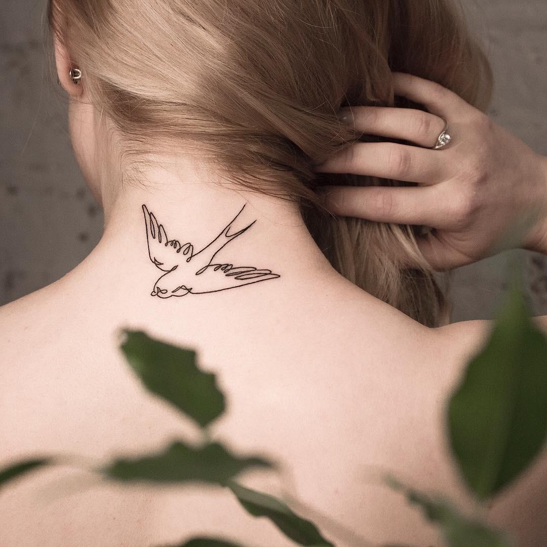 Еще одним удобным местом, позволяющим в любой момент спрятать татуировку, является область шеи. Здесь прекрасно будет смотреться любой эскиз: начиная от бабочек и перышек и заканчивая цит...