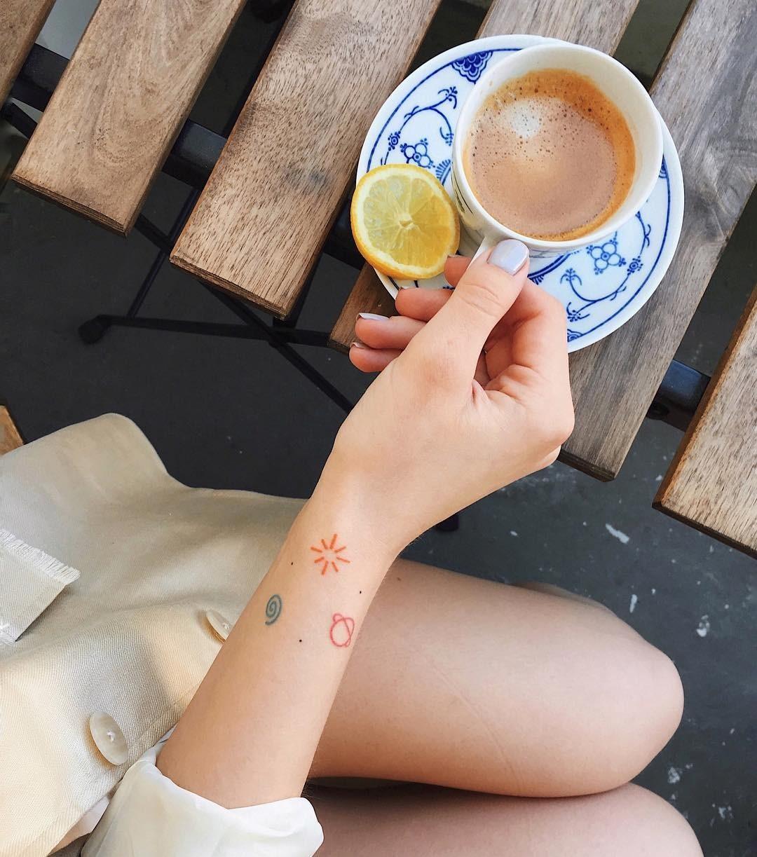 Минималистичная татуировка на запястье совершенно не обязательно должна быть понятна окружающим. Пусть она несет скрытый смысл, которым ты ее наделишь. Это могут быть изображения космичес...