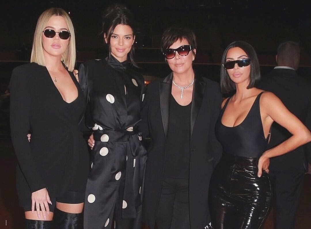 Все ее дочери (на фото слева направо: Хлои Кардашьян, Кендалл Дженнер, Крис Дженнер, Ким Кардашьян) и сын  участвуют в круглосуточном реалити-шоу, посещают светские тусовки, пробуют себя...