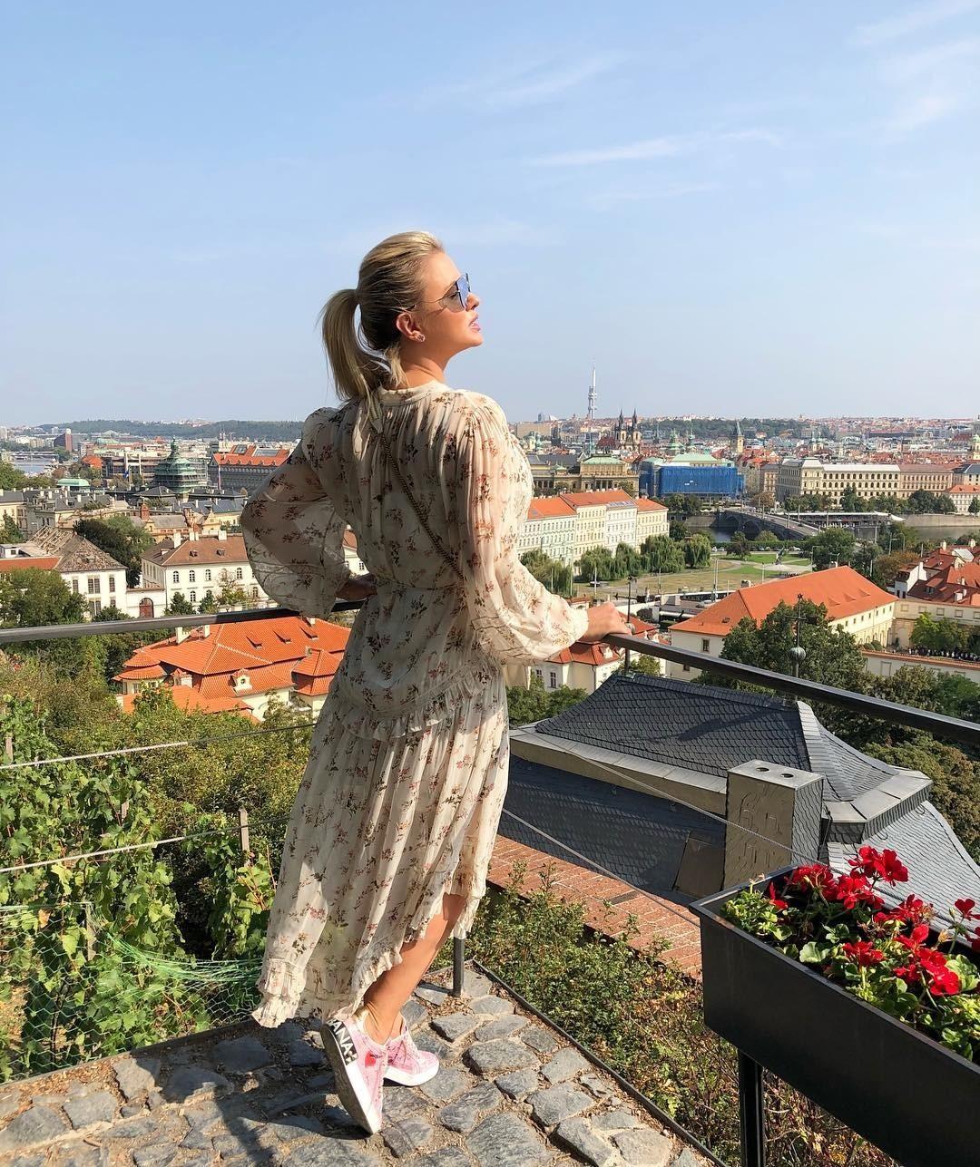 Анна Семенович показала фасон платья, в котором любая будет выглядеть хрупко