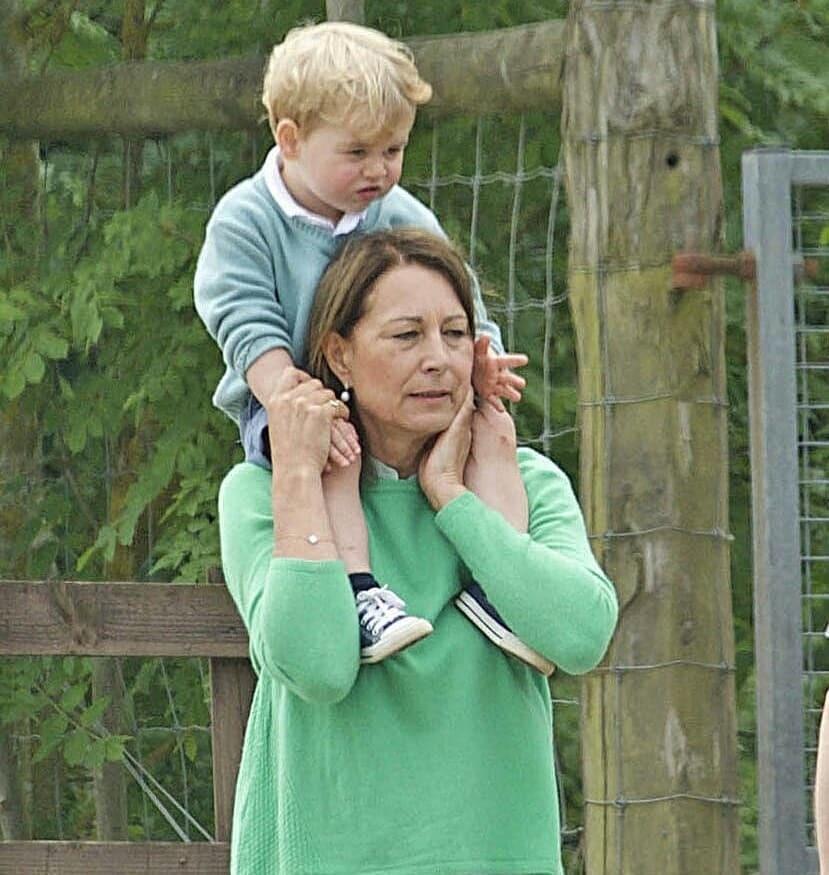 После рождения принца Джорджа теща вместе с тестем переехала в Кенсингтонский замок к молодой семье, чтобы помогать по хозяйству и заботиться о малыше. С появлением еще двоих детей влияни...
