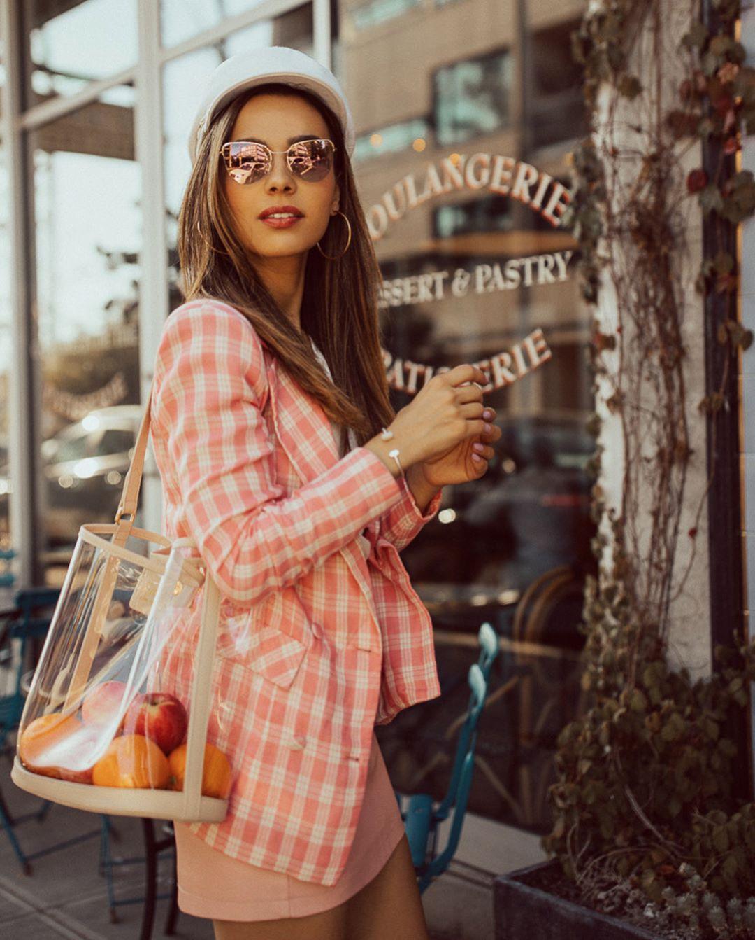 Уже непервый год прозрачные сумки завоевывают место всписке модных инеобычных аксессуаров. Тем более, что они гармонично вписываются почти влюбой образ. Важный нюанс – содержимое сумк...