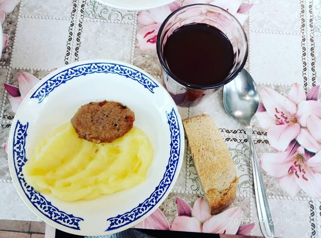 Ингредиенты:  Мясо — 0,5 кг.; Ржано-пшеничный хлеб — 0,33 кг.; Лук — 3 средниелуковицы; Чеснок — 4–5 зубчиков; Соль — 1 ч.л.; Панировочные сухари; 1 яйцо; Соль, перец.