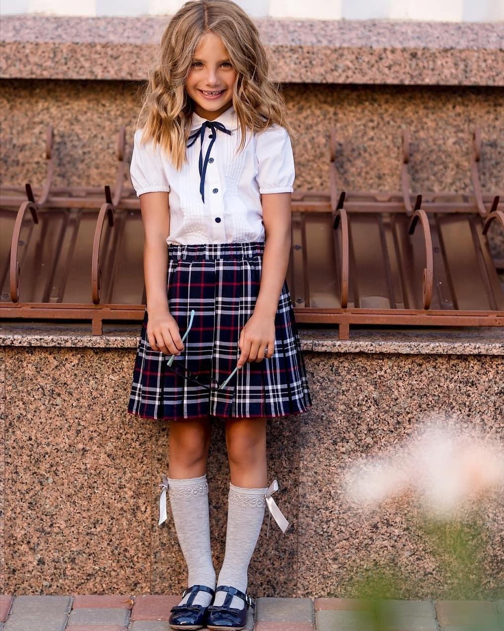 Клетка внаступающем сезоне пользуется огромной популярностью. Позволь своей дочке стать самой модной вклассе! Дляэтого стоит выбрать юбку непривычного черного цвета, а изклетчатой тк...