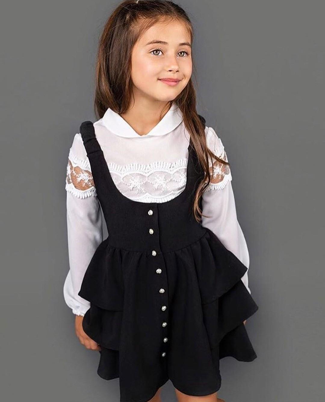Сложно представить себе гардероб школьницы безтакой важной вещи, как сарафан. Специально длямаленьких модниц дизайнеры детской одежды придумали сарафаны интересных фасонов. Идеальным ва...