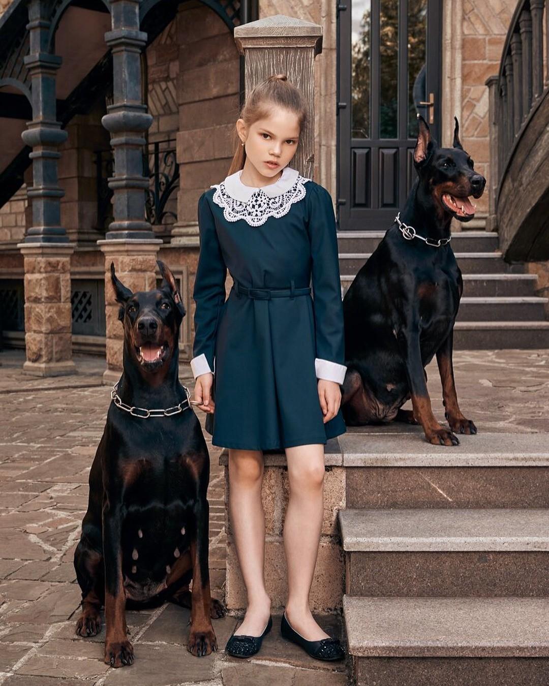 «А как же платье?» - спросишь ты. Мы ответим: длянеобычной девочки - самое необычное платье! Черный цвет вшкольной форме - давно наскучившая классика, поэтому внаступившем учебном году...