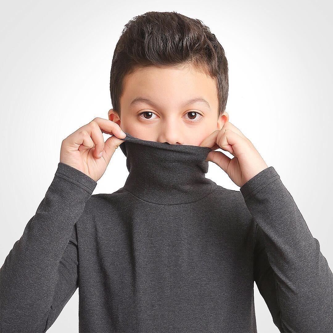 Еще одним стильным вариантом верхней одежды длямальчиков станут водолазки. Изшерсти иакрила или изстопроцентного хлопка - выбирать юному джентельмену. Впрочем, как ицвет. Мы советуем...
