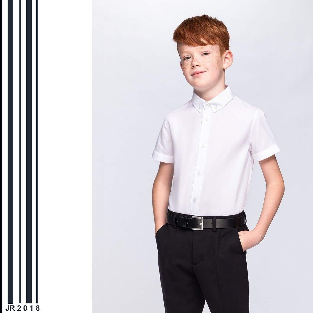 Основа основ - белые рубашки. Чтобы образ невыглядел слишком скучным, выбирай сорочку втонкую вертикальную полоску светлого цвета. Особенно интересно смотрятся такие сорочки своротнико...