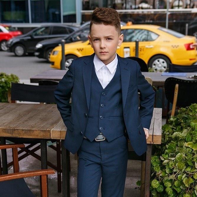 Ни один юный джентельмен неможет обойтись безкостюма-тройки. Составляющие идеального костюма просты: классические брюки со стрелками, жилет сV-образным вырезом и«часовыми» кармашками...