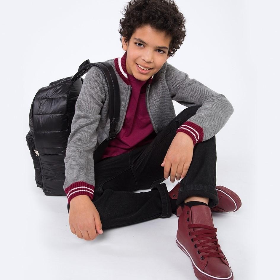 Самым активным имодным мальчикам подойдут штаны классического черного цвета изджинсовой ткани. Всочетании срубашкой-поло винного цвета исерым джемпером они выглядят очень стильно ип...