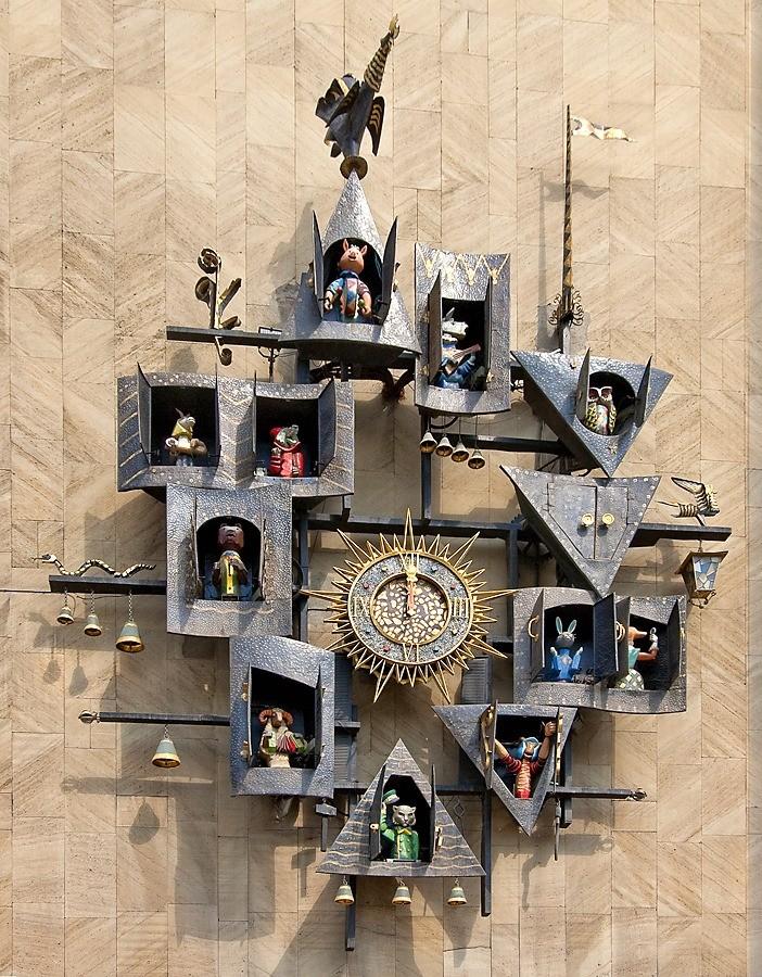 Для этого надо кполудню подойти кТеатру кукол имени Образцова – кстати, крупнейшему театру кукол вмире! Когда сходятся стрелки начасах, которые висят нафасаде здания, изокошек вокру...