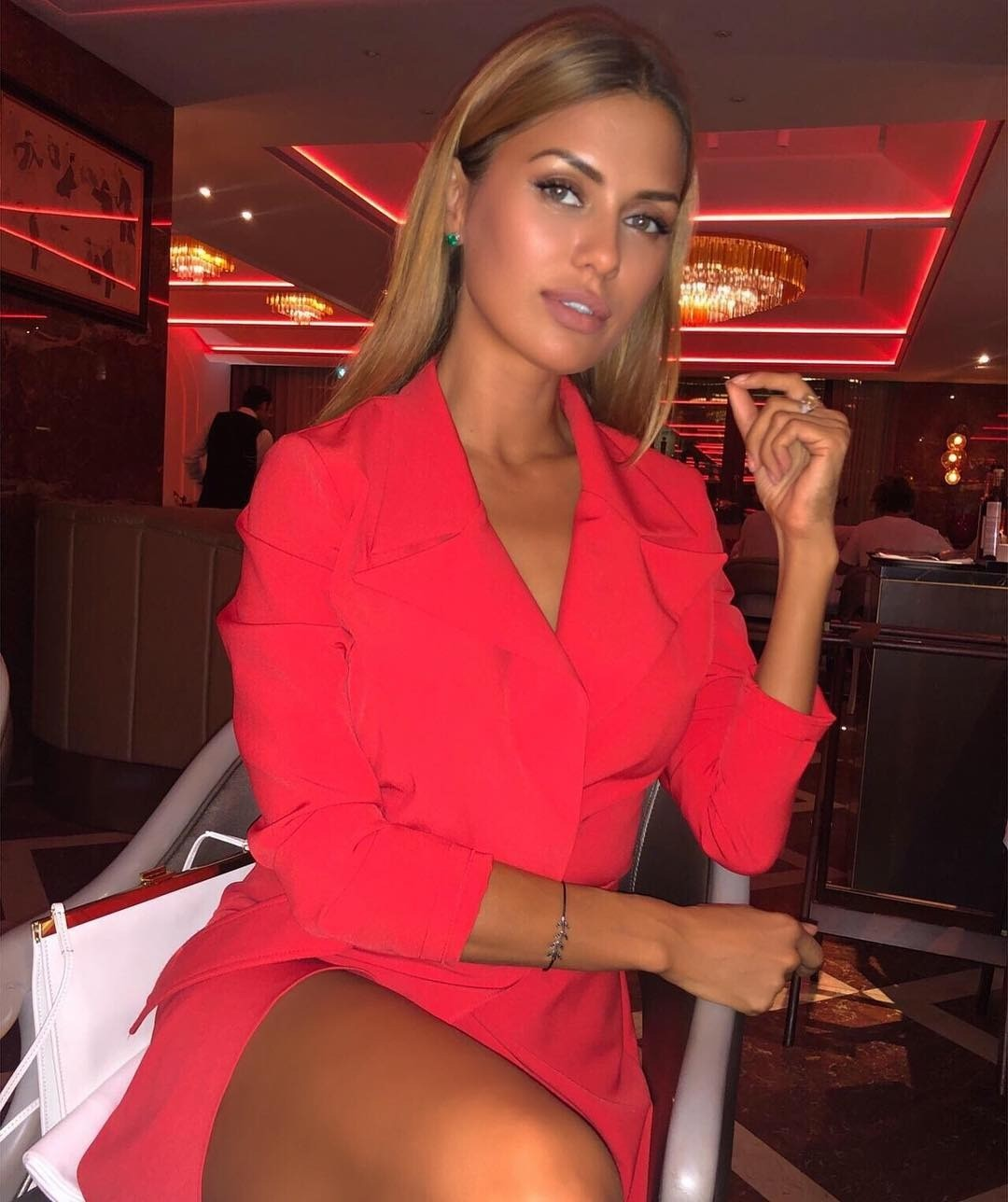 Викторию Боню подозревают в аренде букетов для фото