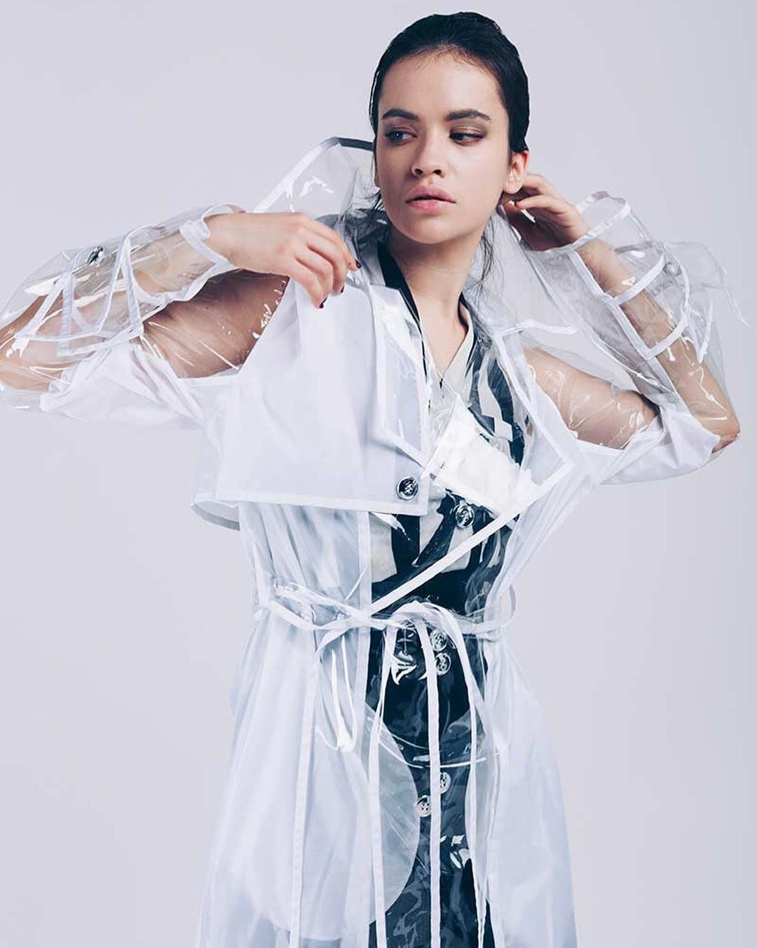 Прозрачный тренч также идеально сочетается софициальным стилем водежде. Ты можешь смело носить его со строгими платьями-футлярами, юбками-карандаш, белыми рубашками илодочками. Длясоз...