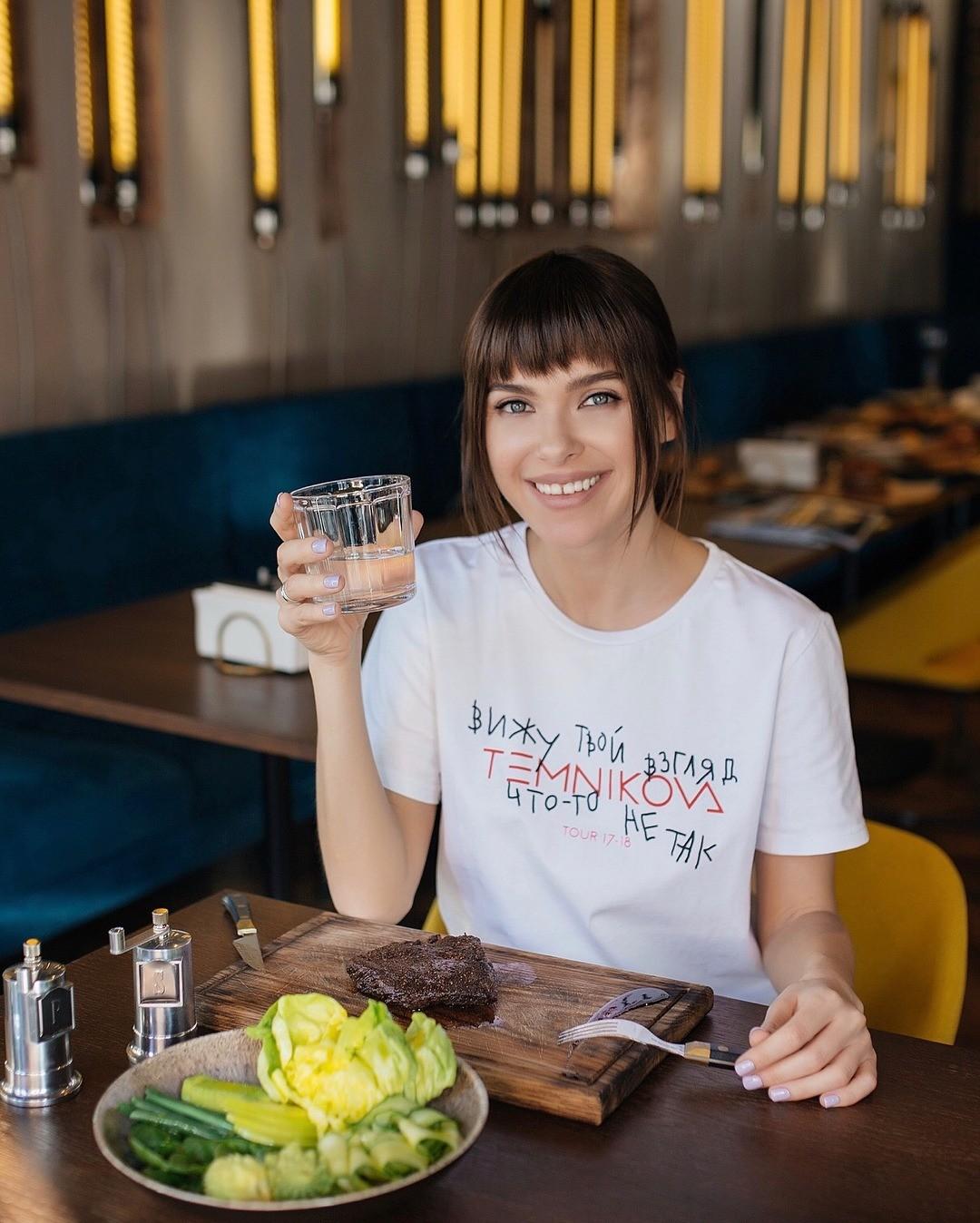 «Гречка, сыр и черный кофе»: Елена Темникова поделилась своим меню на каждый день
