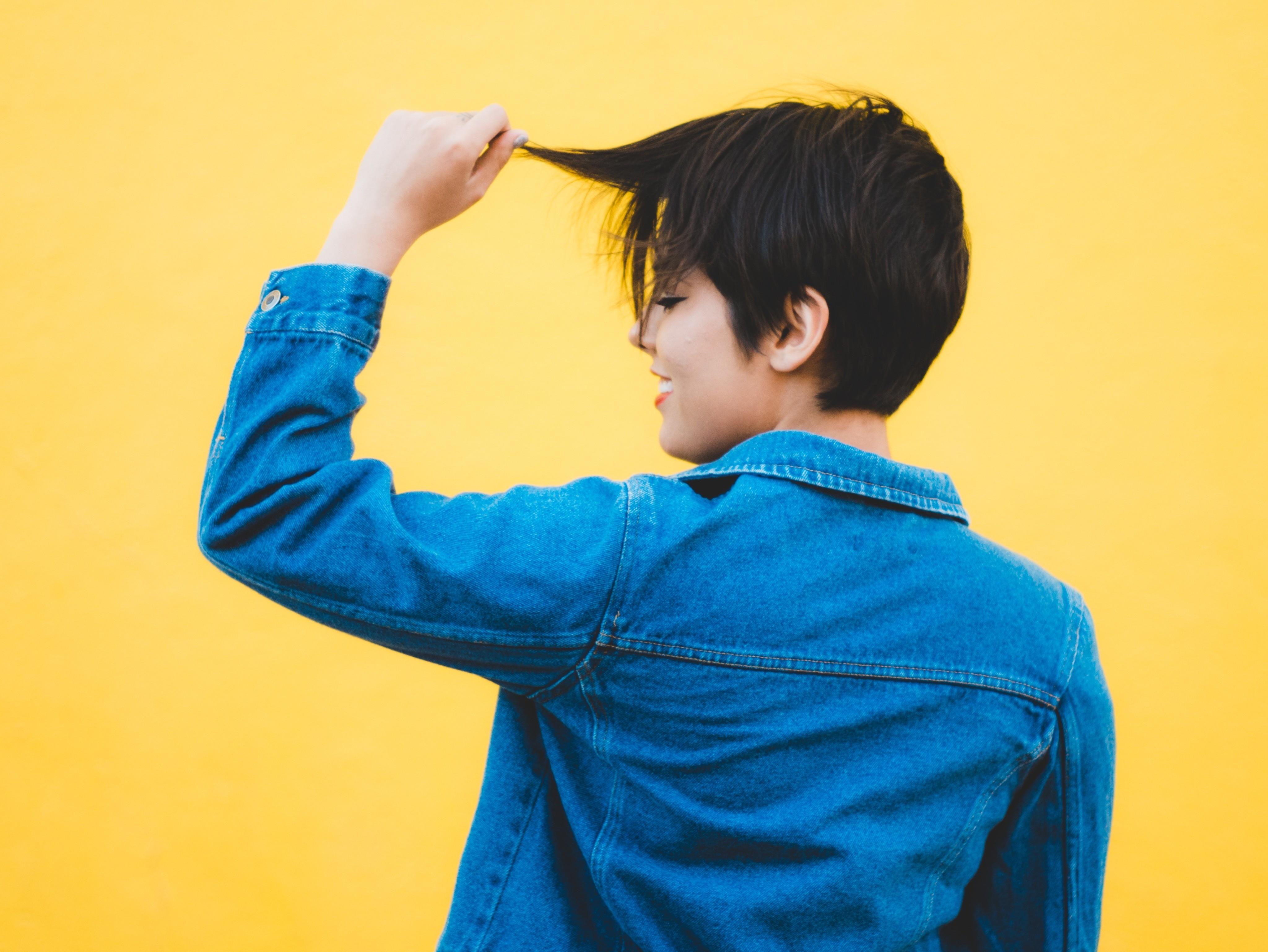 Как правильно мыть, расчесывать и ухаживать за жирными волосами: полный гид