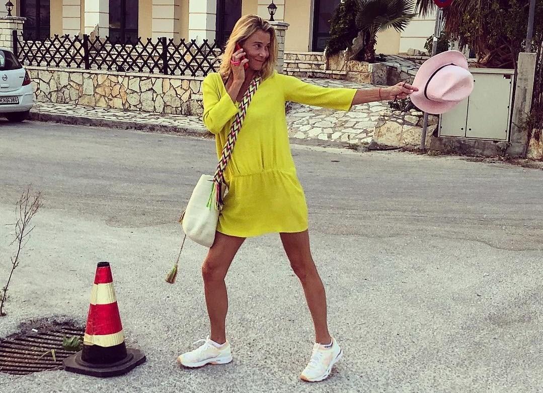 Юлия Высоцкая показала, как зрелой женщине стильно сочетать платье с кроссовками
