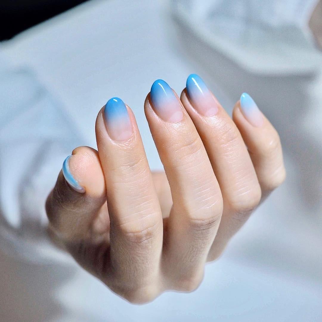Если хочется яркого ив то же время нежного маникюра - этот вариант специально длятебя. Дизайн выполнен втехнике необычного омбре: небесно-голубой цвет начинает свое движение откончико...
