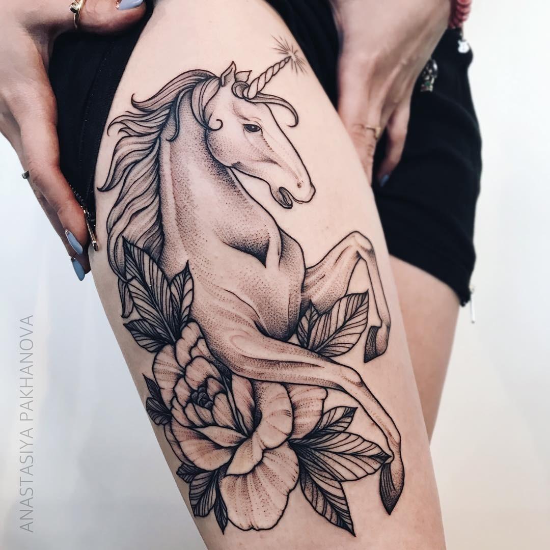 Татуировки набедре довольно объемные ине каждая женщина решится натакое «украшение» тела. Но единорог вокружении цветов смотрится намного симпатичнее, нежели шрам черезвсю ногу. Если...