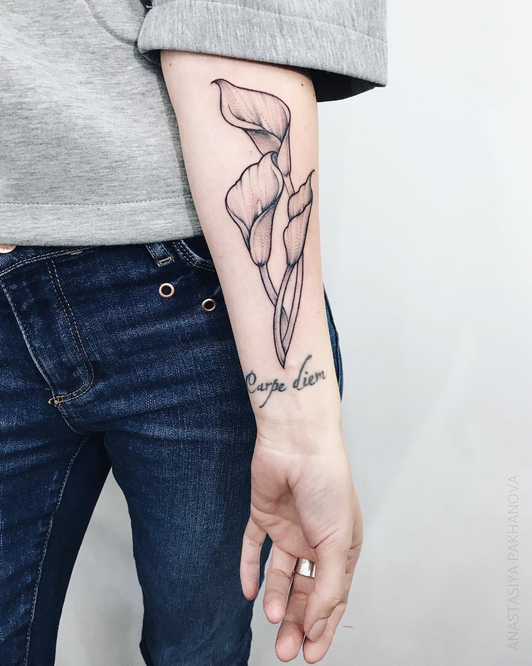 На этой части руки шрамы могут взять откуда угодно: неудачно приземлилась наконьках, обожглась утюгом или вдетстве опрокинула насебя кастрюлю сгорячей кашей. Татуировка налюбую темат...