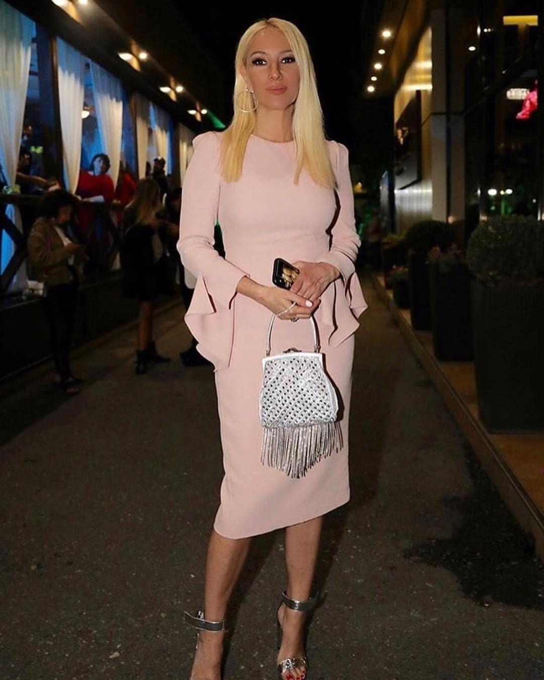 На днях Кудрявцева вновь опубликовала снимок, накотором запечатлена воблегающем платье, подогрев тем самым разговоры. Вкадре знаменитая блондинка выглядит совсем как юная девушка. «Пре...
