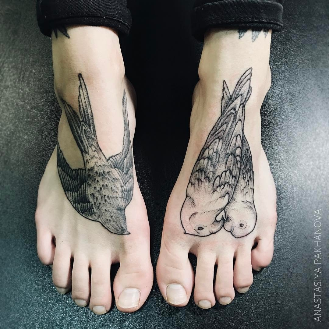 На стопах шрамы встречаются довольно часто, а варианты татуировок, которыми можно замаскировать рубцы, безграничны. Это могут быть изображения зверей или птиц, цветочные или космические м...