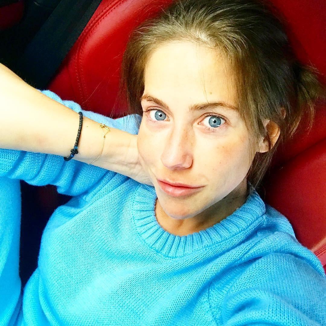 Барановская неоднократно выкладывала снимки без макияжа, не боясь негатива в комментариях. Например, под этой фотографией мнения поклонников разделились на два лагеря: «Плохо без макияжа»...