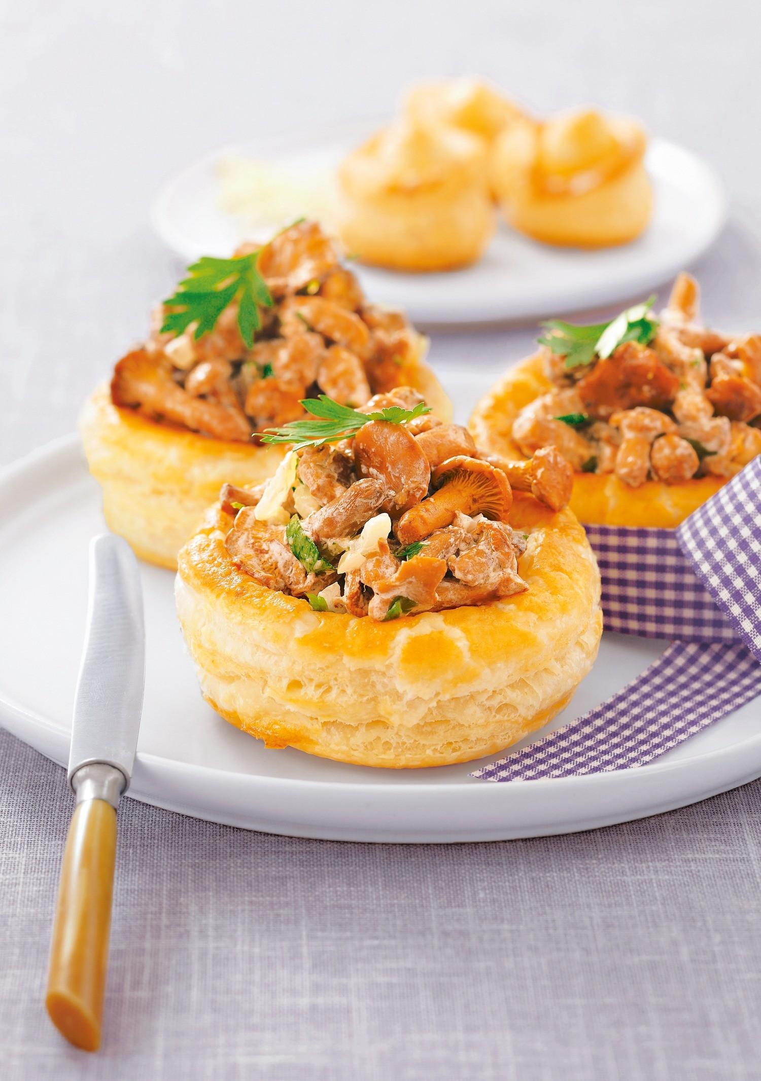 Слоеные тарталетки с лесными грибами и сливочным сыром