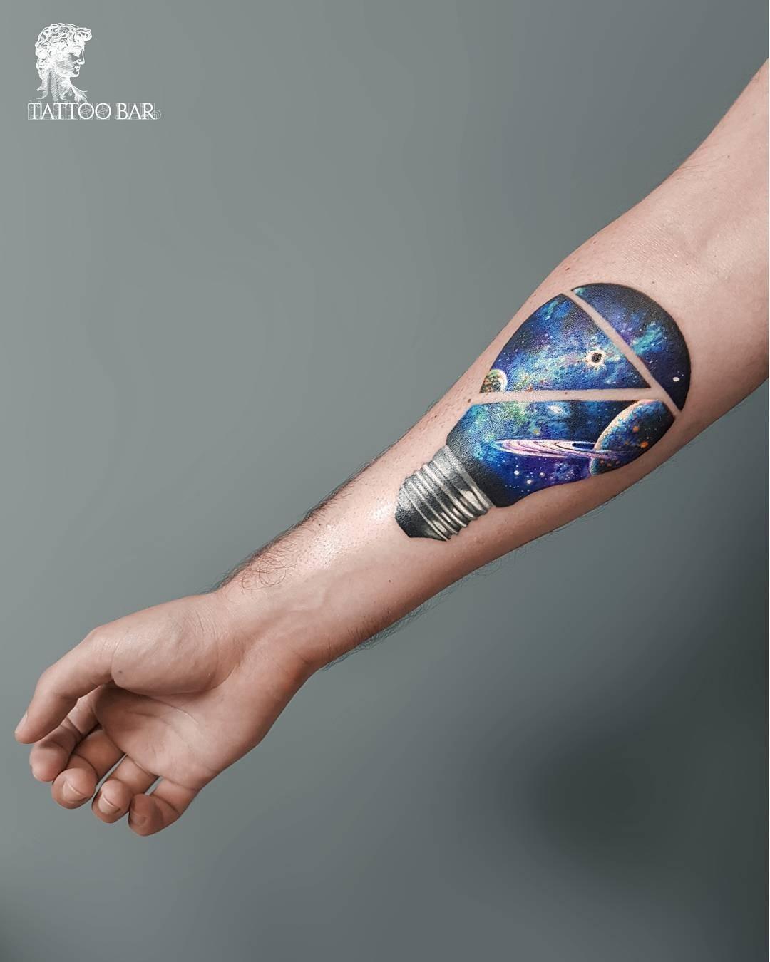 Пример татуировки, выполненной встиле акварели. Посмотри, насколько реалистично, объемно, будто трехмерно выглядит изображение. Одной изсамых распространенных форм длякосмического пейз...