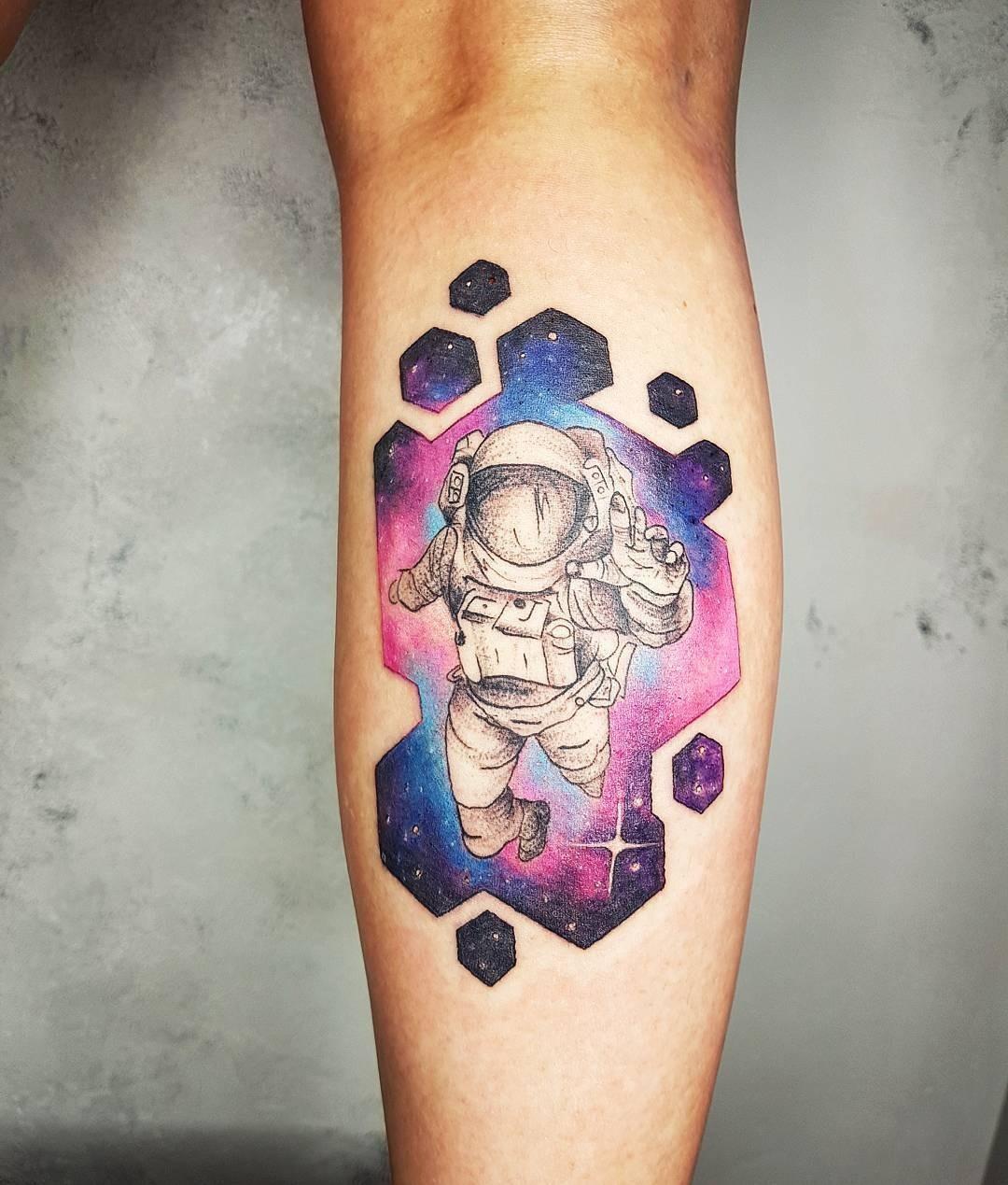 А хрупкую икру может украсить космонавт, парящий где-то нафоне растворяющейся галактики. Цветные татуировки натему космоса делают обычно вакварельном стиле - именно благодаря такой тех...