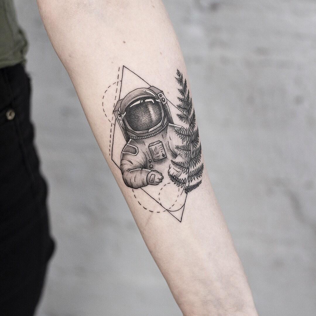 Вдруг вдетстве ты мечтала стать космонавтом ипокорять межгалактические пространства? Тогда такой эскиз татуировки однозначно длятебя. Портрет космонавта вполном обмундировании вчерно...