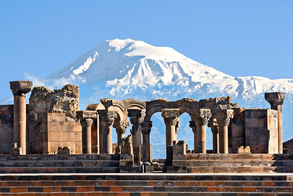Руины города-крепости Эребуни и вид на Арарат