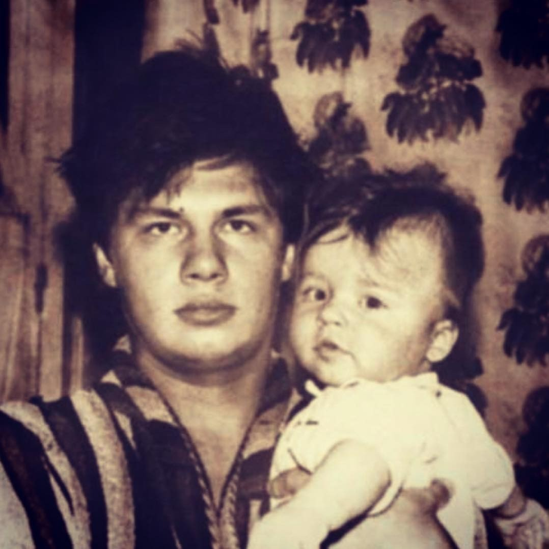 В своем микроблоге актер ирезидент Comedy Сlub опубликовал архивное фото сХарламовым-старшим. Актер трогательно подписал снимок: «Это мой папа ималенький я. Позавчера мы поменялись мес...