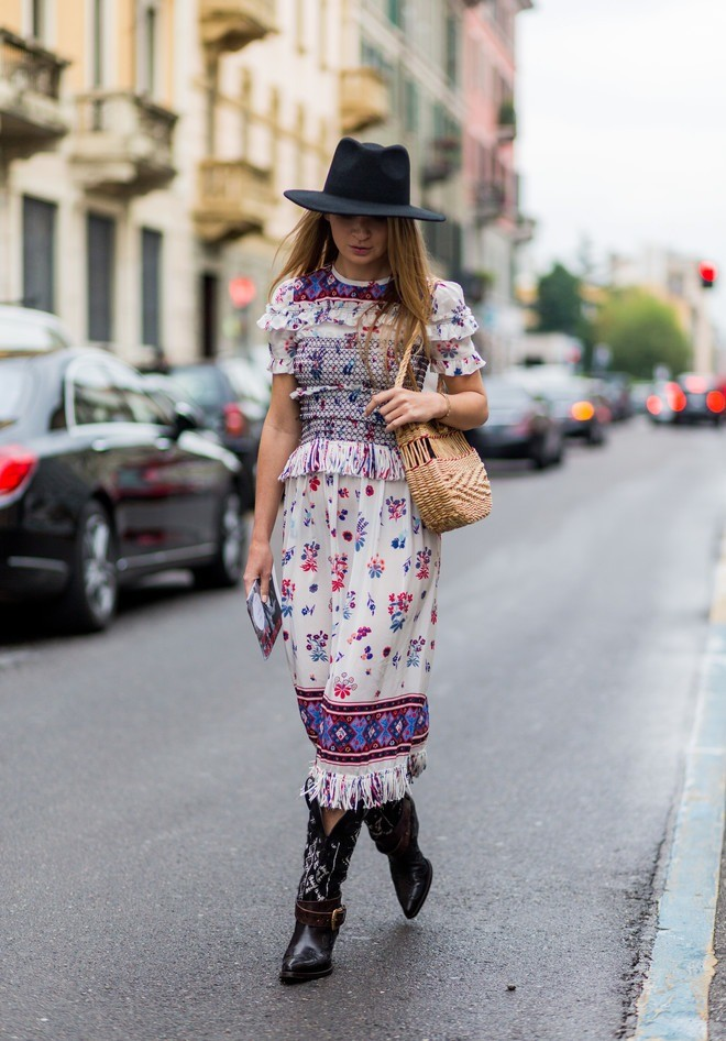 Да-да, идаже летом эта обувь будет смотреться вполне органично, если надеть ее сплатьем вцветочный принт ишляпой встиле музыкальных фестивалей. Так что покупка казаков точно станет д...