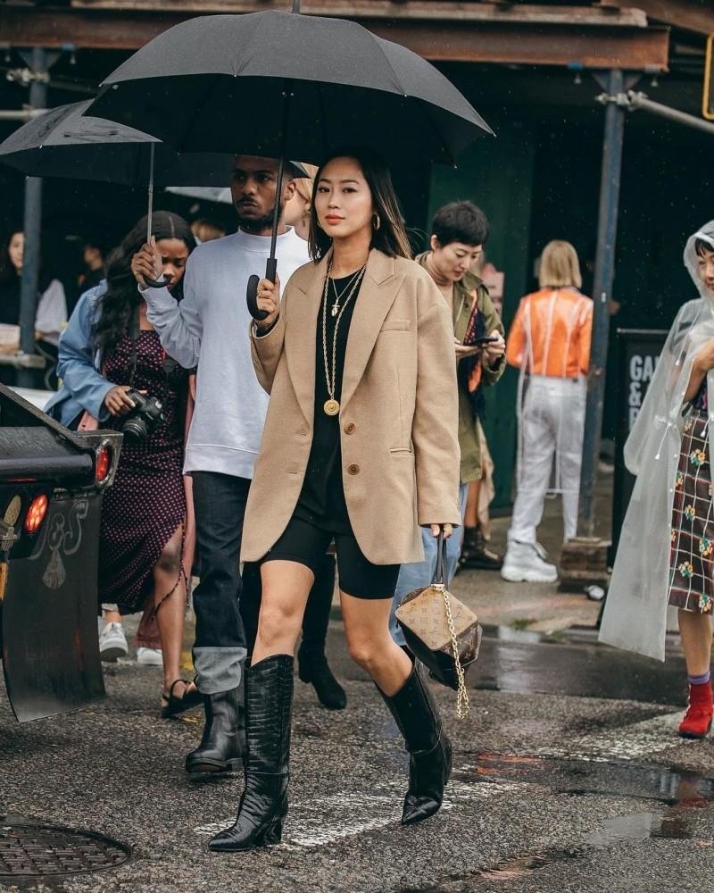 Это как раз тот случай, когда модный тренд непредлагает жертвовать комфортом. Красота иудобство водном флаконе — вот вчем плюс покупки сапогов-казаков. Эта обувь выглядит стильно, но...