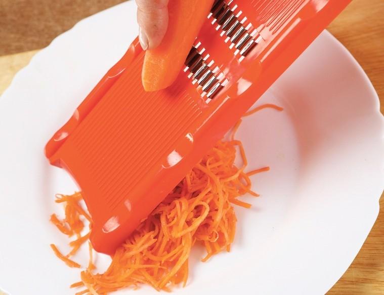 Морковь очистить и натереть на терке для корейской моркови.