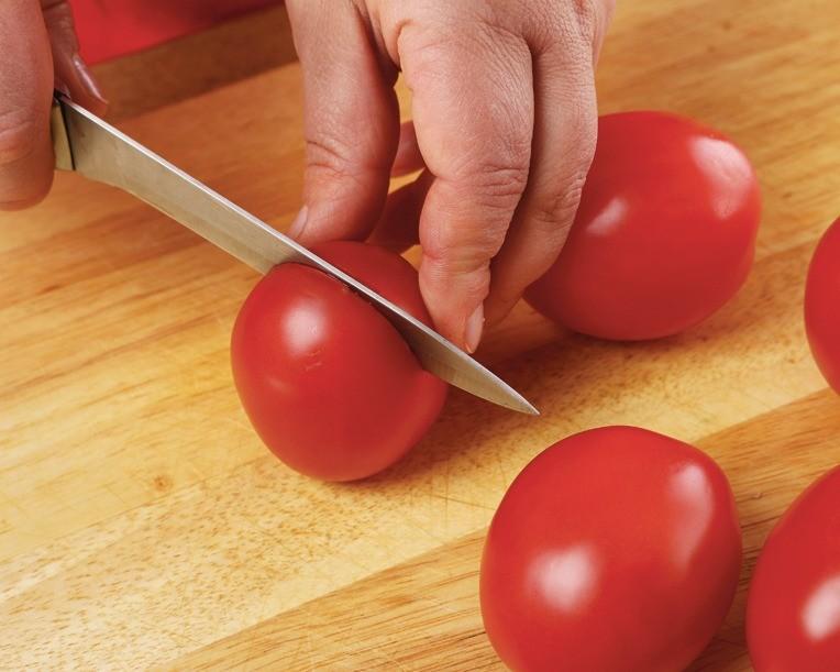 Помидоры вымыть и разрезать пополам. Чеснок очистить. Сладкий перец очистить и нарезать кусочками.