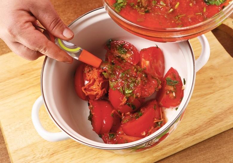 Получившимся соусом залить помидоры ихорошо перемешать. Убрать вхолодильник на8 ч. Помидоры готовы!