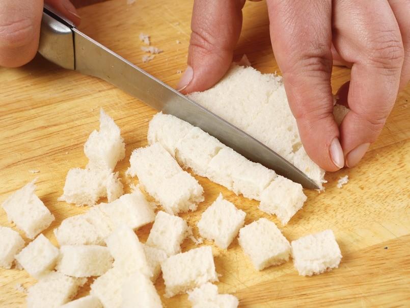 У белого хлеба отрезать корку. Мякоть нарезать кубиками, подсушить в духовке до золотистого цвета. Листья салатов вымыть и обсушить.