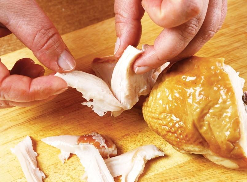 Копченую курицу разобрать руками на волокна.