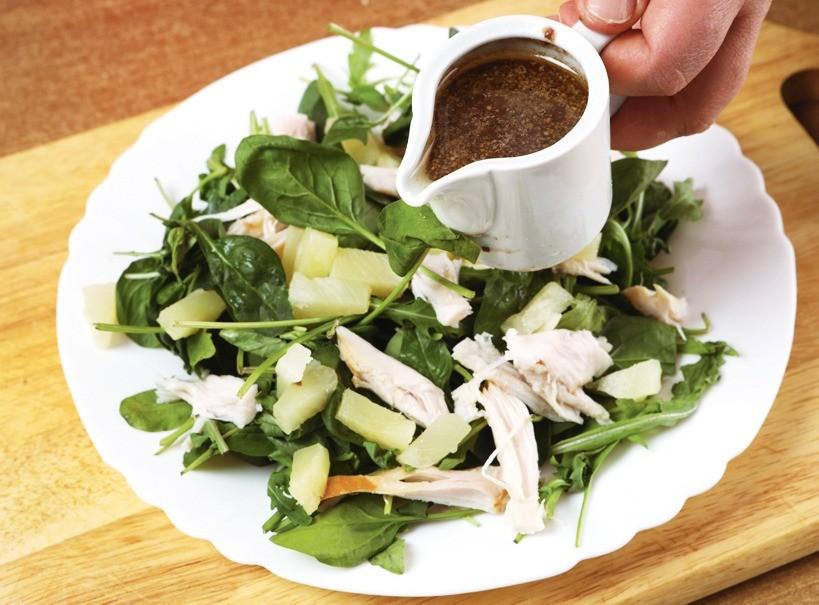 Все ингредиенты салата выложить на блюдо. Поить соусом. В последную очередь выложить сухарики. Украсить кольцами ананаса.