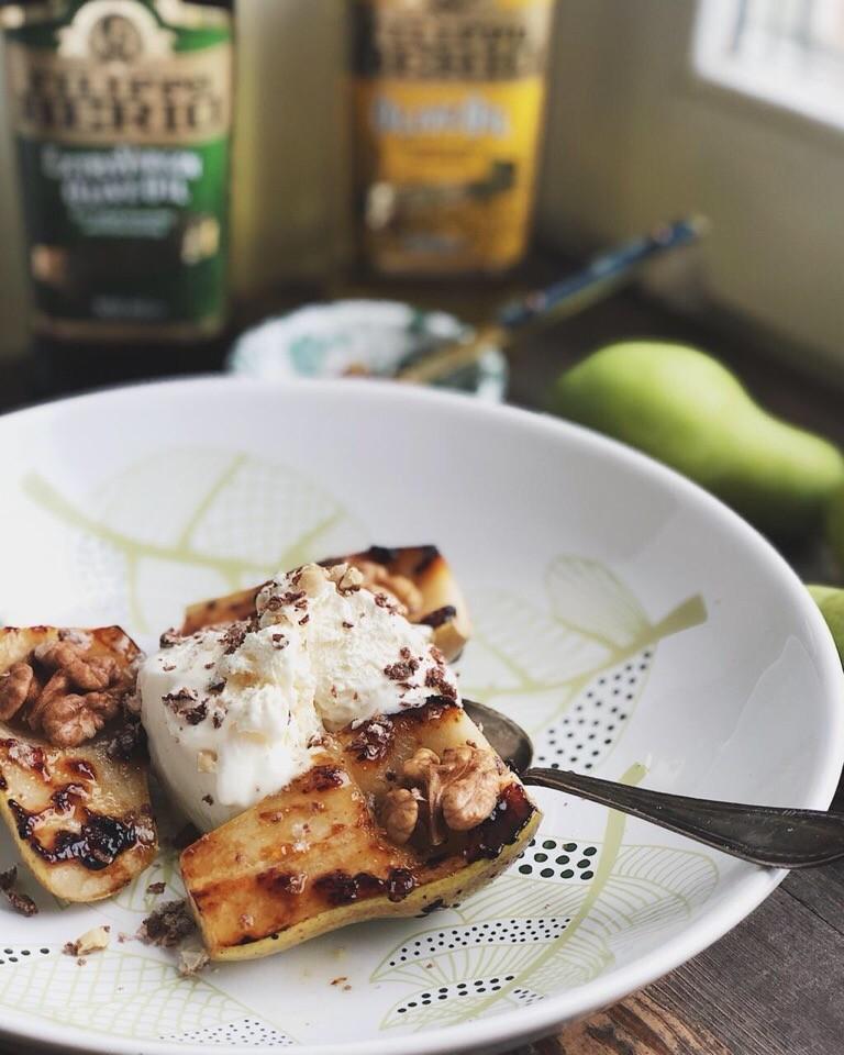 Порежьте грушу пополам, вырежьте серединку. Обжарьте на оливковом масле с двух сторон, добавьте чайную ложку апельсинового джема с цедрой. Убавьте огонь, накройте крышкой и потомите 2 мин...