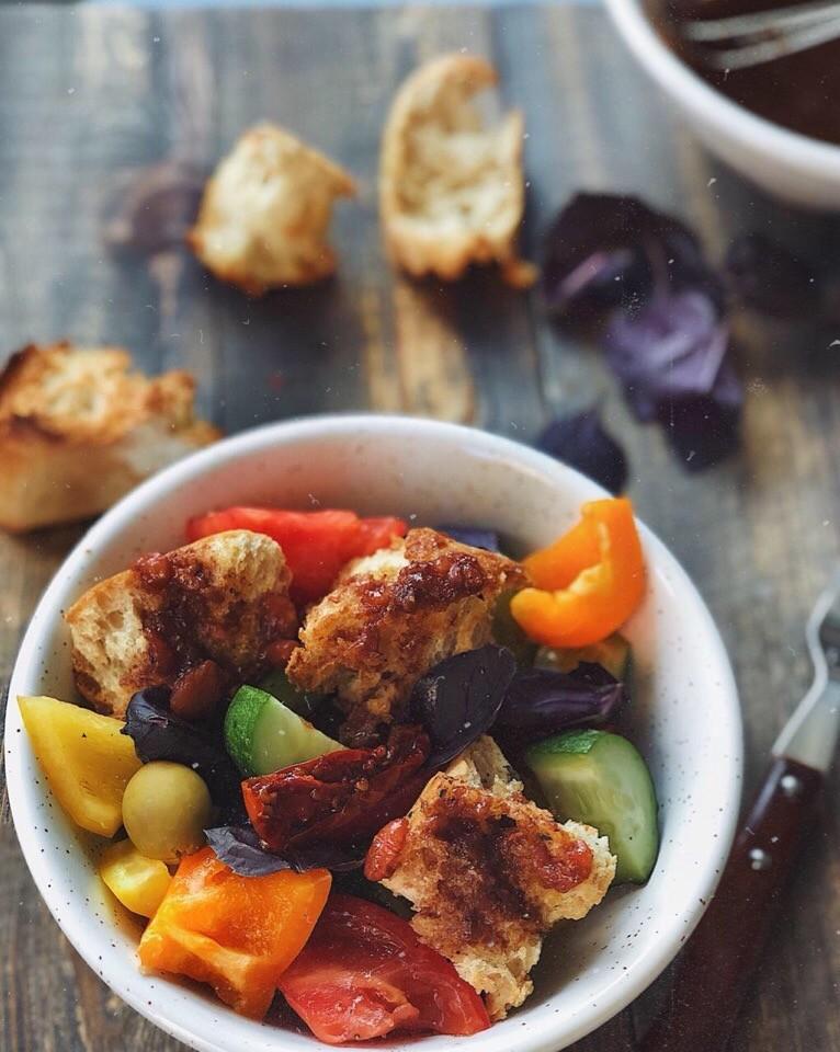 Все овощи порежьте очень крупно. Чиабатту разломите (не режьте), выложите напротивень, напергамент, сбрызните оливковым маслом иприсыпьте итальянскими травами. Далее перемешайте ипост...