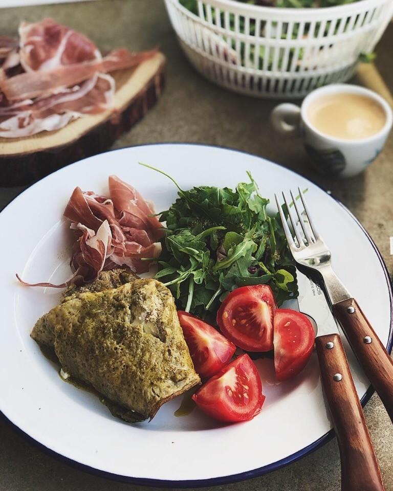 Два яйца перемешайте со сметаной венчиком, добавьте песто и взбейте. Выпекайте на блинной сковороде в два захода с небольшим количеством оливкового масла на медленном огне. Как только омл...
