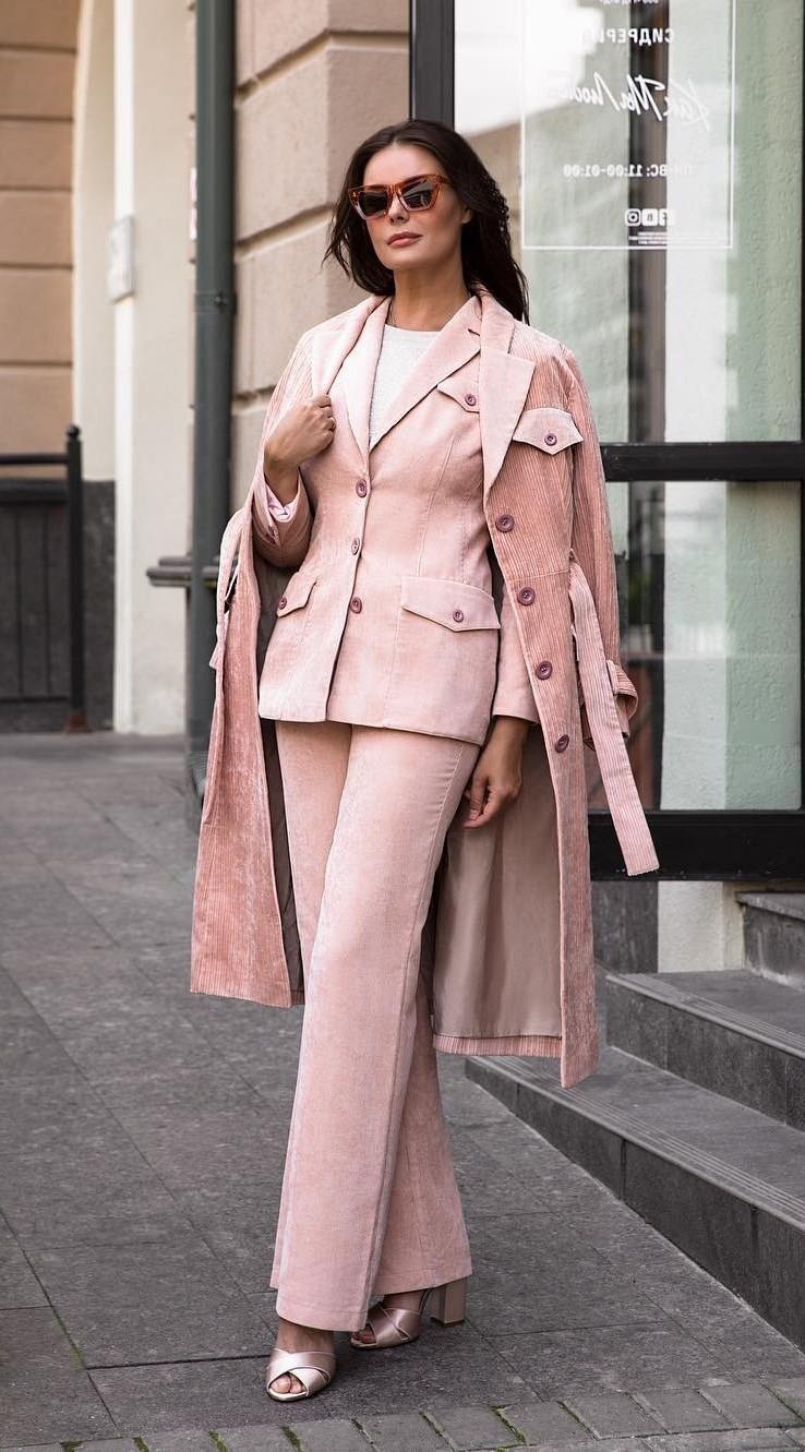 Модный ансамбль состоял из вельветового плаща нежно-розового цвета, а также брюк и жакета такого же оттенка. Образ теледива дополнила босоножками в тон. Интернет-пользователи не оценили з...