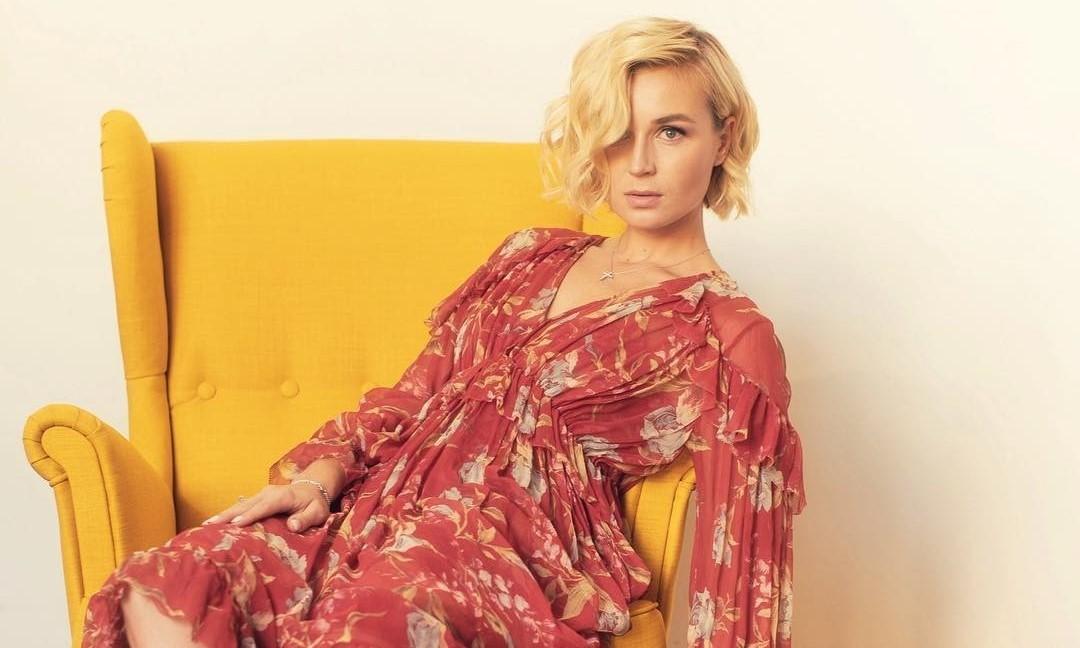 Полина Гагарина показала идеальный фасон платья для девушек невысокого роста