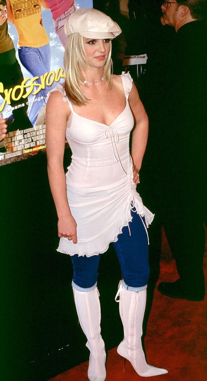 С легкой подачи Бритни Спирс такие кепки стали носить все модницы 2000-х. Уравновешивали образ обычно остроносые сапоги и джинсы-клеш. Особый шик — платье, надетое поверх всего.