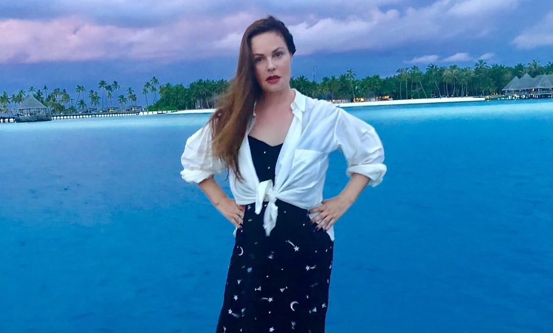 Екатерина Андреева показала, как «изгоняет» возрастной птоз скалкой