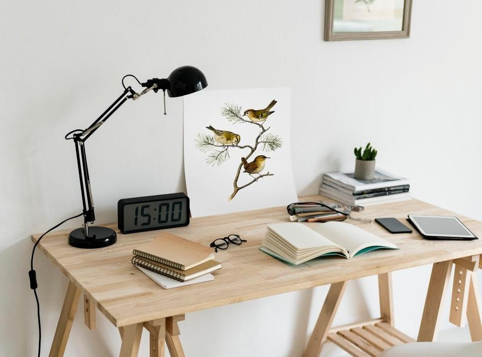 Порядок нарабочем столе - залог успеха. Нетак важно, находится он вофисе или дома, но там все должно быть устроено так, чтобы тебе нравилось ине отвлекало отработы. Если цветы способ...