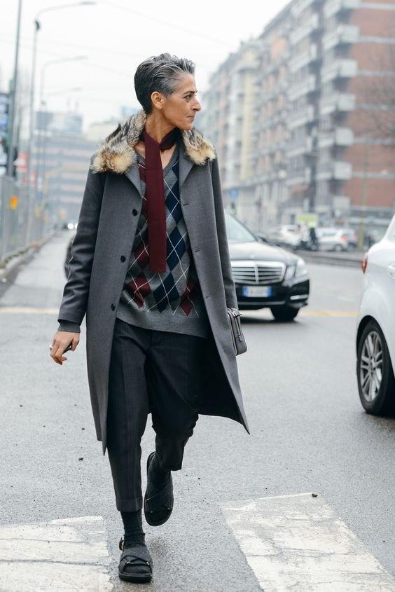 Женщина 40+ уже неможет позволить себе выглядеть неухоженно. Мятая одежда, отросшие корни истоптанная обувь сделают образ скорее неряшливым, чем небрежным.Хочешь добавить творческого б...